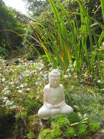 Small Garden Buddah Pale