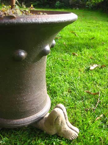 Knees Up Plantpot Feet Holder Dark